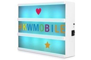 caja de luz con letras de colores